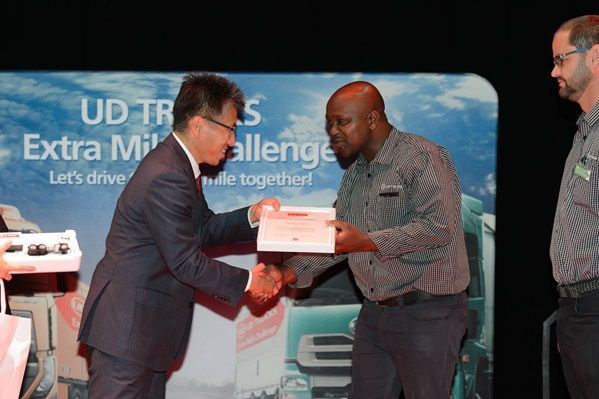 buza_ngcelwane_received_a_reward_for_the_best_fuel_efficiency_in_the_quon.jpg